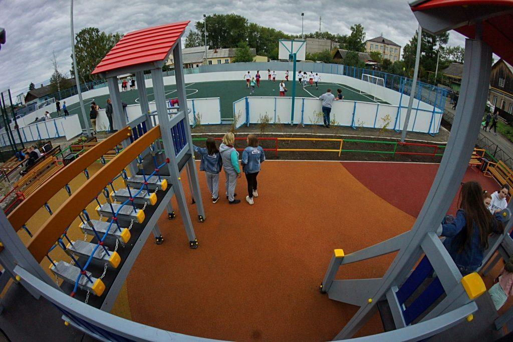 В Нижнем Тагиле появилась многофункциональная спортплощадка, построенная по нацпроекту «Жилье и городская среда»